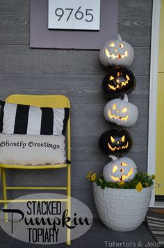 Stack lighted pumpkins on a wooden dowel to keep them in one chilling line are the perfect outdoor Halloween decoration. Find more indoor and outdoor easy DIY Halloween decorations for your home or Ha (Halloween Diy Yard) Spooky Halloween, Halloween Veranda, Outdoor Halloween, Holidays Halloween, Halloween Pumpkins, Halloween Mural, Halloween Scene, Vintage Halloween, Halloween Doorway