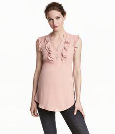 Sieh's dir an! Ärmellose Bluse aus zartem Kreppstoff. Modell mit V-Ausschnitt und kurzer Knopfleiste mit Perlmuttknöpfen. Volants vorn und an den Armöffnungen. Leicht abgerundeter Saum. – Unter hm.com gibt's noch viel mehr.