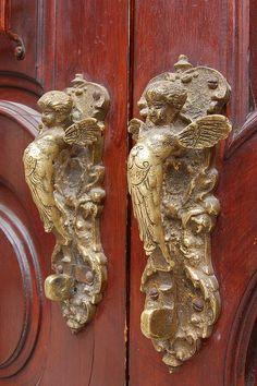 Angel handles on a door in San Miguel de Allende, Guanajuato, Mexico. Possibly on the cathedral, which dominates the city? Old Door Knobs, Door Knobs And Knockers, Knobs And Handles, Door Handles, Cool Doors, Unique Doors, Porte Cochere, Door Detail, Door Accessories