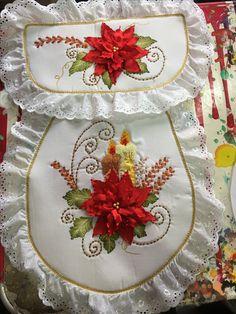 Juego de Baño Embroidery Bags, Learn Embroidery, Silk Ribbon Embroidery, Embroidery Patterns, Christmas Sewing, Christmas Art, Ribbon Flower Tutorial, Bathroom Crafts, Booties Crochet