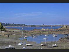 Des bateaux attendent la marée haute dans la baie de Morlaix (Finistère, France).