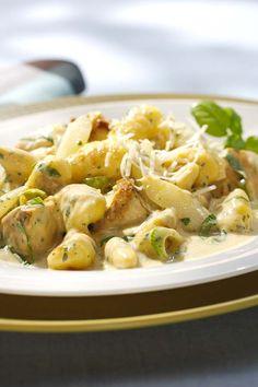 Leckere Spargelpfanne mit Gnocchi und Hähnchen ist ganz einfach in einer Pfanne gekocht und schmeckt richtig deftig.  #rezept #abendessen #spargel