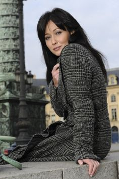 Shannen Doherty in trendy and chic black gray plaid wool coat dress fashion style. Shannon Dorothy, Shannen Doherty Charmed, Chris Halliwell, 80s Actresses, Serie Charmed, Charmed Sisters, Robin Tunney, Emma Watson Sexiest, Holly Marie Combs