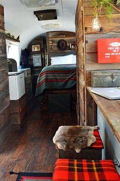 Un couple modifie l'intérieur d'une caravane endommagée de 1979 en petit coin de…