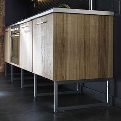 LIMHAMN ben och METOD bänkskåp i nya mått ger en luftigare look i köket. HYTTAN luckor i ekfanér.