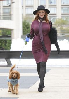 Christina Hendricks probably has the most famous hourglass figure and we love her fashion. This dress is cute and draws in at the waist to give some much needed balance. Hendricks How to Dress if You Have an Hourglass Figure Star Fashion, Look Fashion, Fashion Outfits, Fashion Trends, Winter Fashion, Christina Hendricks, Cristina Hendrix, Beautiful Christina, Beautiful Redhead