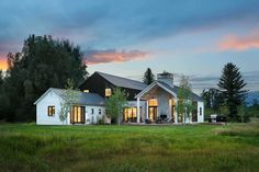 The modern farmhouse style isn't just for rooms. The farmhouse exterior design totally reflects the whole style of the home and the family tradition also. It totally reflects the entire style… Modern Farmhouse Exterior, Modern Farmhouse Style, Farmhouse Design, Farmhouse Ideas, Clapboard Siding, Building A Porch, Exterior Cladding, Exterior Doors, American Houses