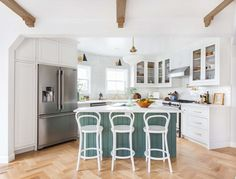 Traditional country kitchens are a design option that is often referred to as being timeless. Over the years, many people have found a traditional country kitchen design is just what they desire so they feel more at home in their kitchen. Modern Kitchen Tiles, Design My Kitchen, Country Kitchen Designs, Mid Century Modern Kitchen, Small White Kitchens, Gray And White Kitchen, Elegant Kitchens, Layout Design, Küchen Design