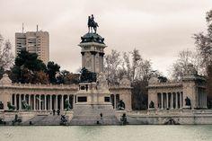 Madrid é uma das cidades mais lindas da Europa. Ficamos apaixonados ao visitá-la. Sempre falamos que se o Enzo quiser ser jogador de futebol ele pode jogar no Real Madrid e moraríamos lá com ele…kkkk. Sonhos à parte…vou mostrar alguns pontos turísticos que valem a …