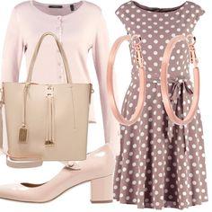 Tonalità dolci e tenui: il vestito color tortora con pois bianchi si abbina al cardigan beige, come le scarpe con un tacco medio e cinturino sul davanti, borsa dello stesso colore e un paio di orecchini a cerchio.
