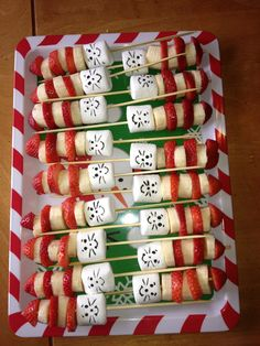 Dr Seuss Read Across America treats. Kids loved them. - Dr Seuss Read Across America treats. Kids loved them. Dr Seuss Read Across America treats. Kids loved them. Dr. Seuss, Dr Seuss Week, Dr Seuss Snacks, Cat In The Hat Party, Cat And The Hat, Dr Seuss Crafts, Dr Seuss Birthday Party, 2nd Birthday, Boite A Lunch