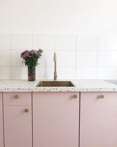 14 Ideas for the Perfect Terrazzo Tile Inspiration Minimalist Home Interior, Simple Interior, Concrete Kitchen, Kitchen Flooring, Home Decor Kitchen, Kitchen Interior, Pink Kitchen Cabinets, Minimal Kitchen Design, Rental Kitchen Makeover