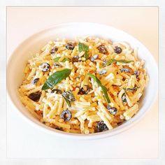 Pasta met gebakken knoflook en salie, zwarte olijven en geroosterde pijnboompitten #bbqtijd #pastasalade