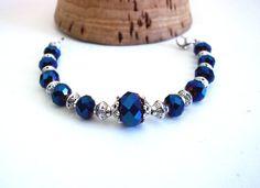Bracelet retro fait main perles de cristal de verre @ laisney en vente sur Etsy Ce bracelet rétro chic, bleu, argenté se compose ainsi : - de perles en cristal de verres de 12 mm et 8 mm à facettes bleues aux reflets roses et violets - des coupelles ciselées...