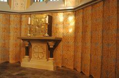 R.K. St. Clemenskerk Steenwijk - Eindresultaat gordijnschildering priesterkoor. Totaalconcepten historische interieurs - Art Decor Randolph Algera