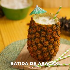 Batida de abacaxi Cocktails, Cocktail Drinks, Alcoholic Drinks, Drink Bar, Food And Drink, Alcohol Drink Recipes, Tasty, Yummy Food, Detox Drinks
