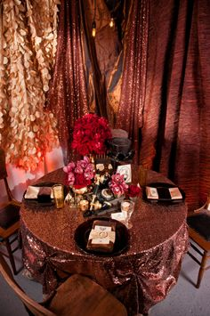 copper sequin table cloth for sweetheart/head table - hellO. i kind of hate all the other décor used here, though; all other tables would be in grey linen.