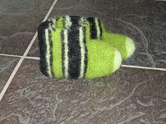 Ja da er første par ferdig tovet:) Kjempe lette å strikke! Strikk fram og tilbake til det måler Knitted Hats, Letter, Slippers, Knitting, Hobby, Knits, Felting, Threading, Tricot