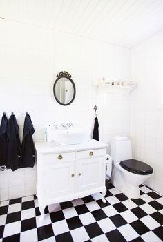 """Veckans hem: """"Allt i hela huset är renoverat"""" – Hus & Hem Bedrooms, Mirror, Bathroom, Furniture, Home Decor, Washroom, Decoration Home, Room Decor, Bedroom"""