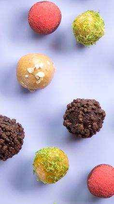 Energy Balls 4 Ways- Energy Balls 4 Ways Are you a ball of energy? Then try these four energy balls in flavors like PB&J, mango coconut, espresso and more! Healthy Foods To Eat, Healthy Desserts, Dessert Recipes, Healthy Recipes, Apfel Snacks, Snack To Go, Tastemade Recipes, Protein Ball, Balls Recipe