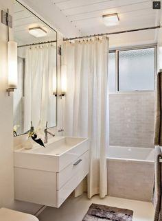 rideau de douche en blanc pour la salle de bains avec baignoire rectangulaire
