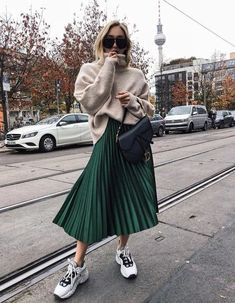The advice to wear a pleated midi skirt and how to wear it in style! All tips and ideas for outfits can be found in this article! skirt skirt skirt skirt outfit skirt for teens midi skirt Street Style Outfits, Looks Street Style, Autumn Street Style, Mode Outfits, Trendy Outfits, Fall Outfits, Fashion Outfits, Green Outfits, Denim Outfits