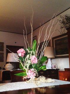 Composizione con fiori artificiali remi naturali e foglie stabilizzate