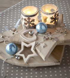 Legno, candele e sfumature color ghiaccio per dare al Natale uno stile nordico e rustico #christmas #winter #wonderland #blue #ice #wood #nordic #decor #inspiration #idea #candles #lantern #lights