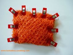 Que faire avec les filets d'oranges? Diy And Crafts, Arts And Crafts, Recycling, Filets, Practical Gifts, Unusual Gifts, Diy Hacks, Orange, Arm Warmers
