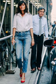 emmanuelle alt look jeans scarpin vermelho