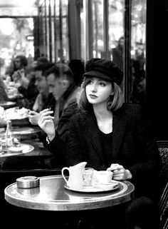 Discover recipes, home ideas, style inspiration and other ideas to try. Coffee Shop Photography, Glamour Vintage, Photography Poses, Fashion Photography, Coffee Girl, Parisian Chic, Hollywood Glamour, Black And White Photography, Black And White