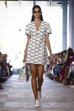 Watch the livestream of the Tory Burch show ready-to-wear collection…