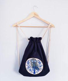 Plecak worek uszyty z drelichu w kolorze granatowym. Haft komputerowy sowa. Podszewka 100% bawełniana niebieska w łapacze snów. Wymiary: 33cmx42cm.
