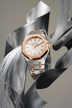 18-carat pink gold and stainless steel work seamlessly together in the unique two-tone Royal Oak Selfwinding 34mm.   #AudemarsPiguet #RoyalOak