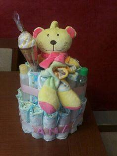 Tarta de pañales Dodot de talla 2, paquete de toallitas, botellas de viaje de gel, colonia y champú de Jonshon, una toallita y un muñeco de música! Bienvenida Ana!!