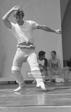 Dancer, Choreographer, Actor and Artistic Director of The American Ballet Theatre, Mikhail Baryshnikov rehearses the Twyla Tharp ballet 'When Push Comes to Shove' at the Hollywood Bowl on August 1979 in Los Angeles, California. Ballet Boys, Ballet Dancers, Contemporary Dance, Modern Dance, Shall We Dance, Just Dance, Ballet Russe, Mikhail Baryshnikov, Rudolf Nureyev