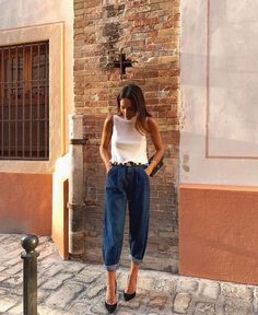 A casual outfit turns into a stylish and elegant look Jean Outfits, Chic Outfits, Spring Outfits, Fashion Outfits, Fashion Tips, Pantalon Slouchy, Slouchy Pants, Zara Fashion, Look Fashion