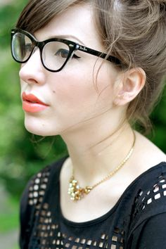 If only I could get my hair and make-up to look like this. And those glasses!