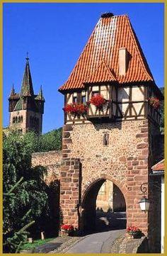 Photo emblématique de l'Alsace à Châtenois, la Tour des Sorcières et la tour-clocher à quatre échauguettes de l'église Saint-Georges à Châtenois, dans le département du Bas-Rhin en Régions Alsace. Histoire de l'Alsace, photos de Châtenois.