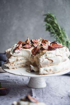 Nadire Atas on Pavlova Desserts . honey and fig pavlova . Meringue Desserts, Köstliche Desserts, Dessert Recipes, Meringue Food, Plated Desserts, Fig Recipes, Sweet Recipes, Baking Recipes, Crepe Recipes