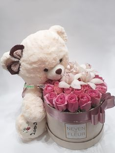 Plišani meda i flowerbox sa ciklama raužama. Bouquet Box, Candy Bouquet, Flower Box Gift, Flower Boxes, Beautiful Flower Arrangements, Beautiful Flowers, Diy Birthday, Birthday Gifts, Valentine Day Gifts