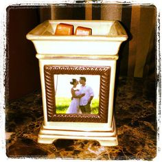 The next time you are looking for a unique way to display a SPECIAL PHOTO.......think of this Scentsy Gallery warmer called with Twist Frame. Show off your special picture and scent your home at the same time! To order, message me or visit my website https://lindseyak.scentsy.us/