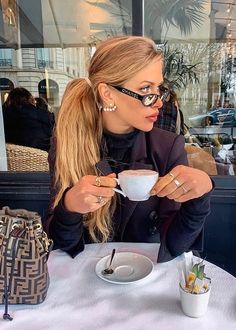 Morning Coffee Looks Coffee Girl, My Coffee, Coffee Shops, Good Morning Coffee, Coffee Break, Nespresso, Coffee Shop Photography, Teen Prom, Model Poses Photography