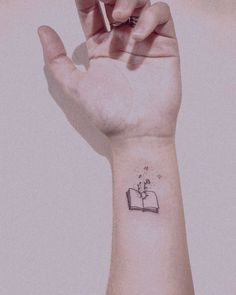 small tattoos for women: 30 inspiring ideas in key minimalLos small tattoos are becoming more fashionable and we love us . Dainty Tattoos, Subtle Tattoos, Mini Tattoos, Body Art Tattoos, Tatoos, Bookish Tattoos, Literary Tattoos, Tattoos For Women Small, Small Tattoos