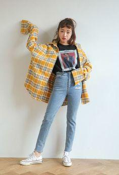 Elle porte une chemise à carreaux jaune avec des jeans et converse #KoreanFashion #emofashion,