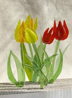 Billedresultat for glaskunst tulipan Glass Garden Art, Sea Glass Art, Mosaic Glass, Fused Glass Plates, Fused Glass Jewelry, Glass Fusing Projects, Stained Glass Projects, Stained Glass Flowers, Stained Glass Panels