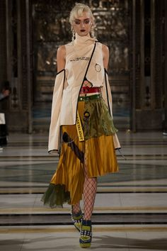 See all the Collection photos from Han Wen Autumn/Winter 2017 Ready-To-Wear now on British Vogue Fashion Details, Look Fashion, Fashion Art, High Fashion, Fashion Outfits, Womens Fashion, Fashion Design, Couture Fashion, Runway Fashion