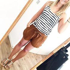 Débardeur marinière + short marron + sandales plates imprimé léopard = le bon look >> http://www.taaora.fr/blog/post/tenue-t-shirt-rayures-mariniere-short-marron-sandales-plates-leopard #outfit #look #streetstyle