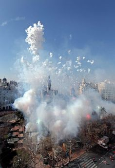 -Mascletà, amazing fireworks, during Las FALLAS. Nature Pictures, Travel Pictures, Spanish Festivals, Valencia City, Spanish Holidays, Spain Culture, Celebration Around The World, Moonrise Kingdom, Spain And Portugal