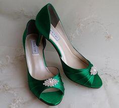 Scarpe da sposa verde smeraldo. Queste favolose scarpe sono impreziosite da una magnifica spilla cristallo scintillante. Queste scarpe sono disponibile in oltre 100 colori, compreso bianco e avorio e tinti a mano. Posso anche corrispondere il colore se mi mandi un campione.  * * Se siete preoccupati di ordinare la taglia giusta scarpa, vi consigliamo di acquistare il mio servizio sicuro fit che è disponibile a voi allo stesso tempo fate una scarpa nel mio negozio. Il collegamento al servizio…